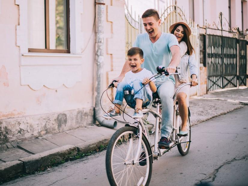 Auf Landausflug als Familie mit dem Fahrrad fahren
